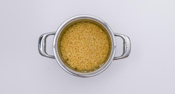 Despresurizar la Tapa Rápida (Secuquick Softline) pulsando el botón amarillo y retirar. Agregar los dados de remolacha, la nata líquida, el parmesano y el rábano picante y sazonar al gusto con sal y pimienta.