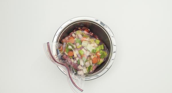 Limpiar y picar las verduras. Pelar y picar las cebollas en trozos grandes. Introducir en una bolsa para el congelador junto con la carne, el vino tinto, el vinagre y las especias (incluyendo las bayas de enebro), cerrar bien y marinar en el refrigerador durante 3 días, aproximadamente.