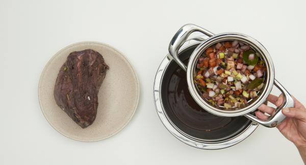 """A continuación, retirar la carne, tamizar el adobo y reservar.  Colocar la olla en el fuego a temperatura máxima. Encender el Avisador (Audiotherm), colocarlo en el pomo (Visiotherm) y girar hasta que se muestre el símbolo de """"chuleta""""."""