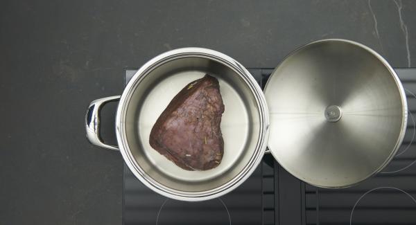 """Secar la carne con papel de cocina. Cuando el Avisador (Audiotherm) emita un pitido al llegar a la ventana de """"chuleta"""", bajar la temperatura Introducir la carne y freír por todos los lados. Reservar."""