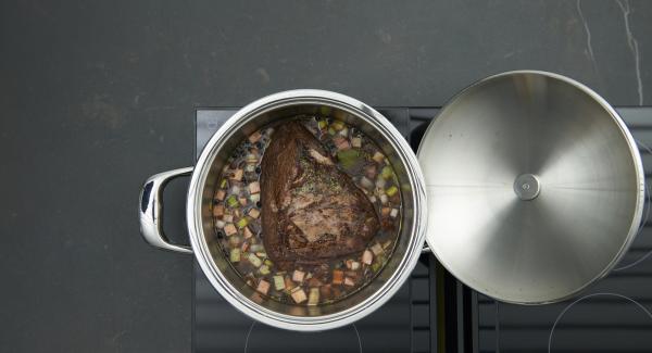 Saltear las verduras en la misma olla. Añadir la salsa de tomate y remover. Incorporar nuevamente la carne y verter el adobo y el caldo de carne.