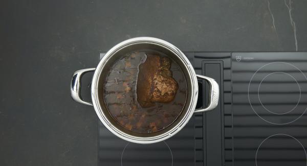 Despresurizar la Tapa Rápida (Secuquick Softline) pulsando el botón amarillo y retirar. Sacar la carne, pasar la salsa por el colador y llevar a ebullición. Espesar la salsa si se considera. Agregar las pasas y sazonar al gusto.