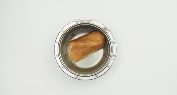 Remojar el pan desmigado en agua tibia.Exprimir y retirar.