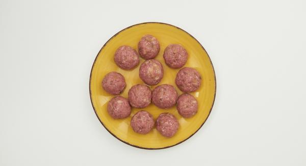 Formar 12 albóndigas y colocarlas en el Accesorio Súper-Vapor engrasado con mantequilla.