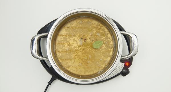 """Cuando el Avisador (Audiotherm) emita un pitido al llegar a la ventana de """"chuleta"""", bajar temperatura de Navigenio (nivel 2), freír brevemente la cebolla añadiendo el vino blanco y el caldo de carne, la hoja de laurel y los granos de pimienta."""