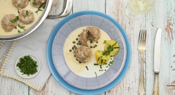 Añadir las albóndigas a la salsa y servir espolvoreadas con perejil.