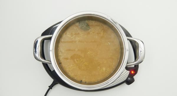 Al finalizar el tiempo de cocción, destapar, extraer el Accesorio Súper-Vapor, retirar las hojas de laurel y los granos de pimienta. Picar finamente el perejil. Mezclar la maizena con agua fría.