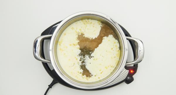 Añadir la nata líquida y las alcaparras al caldo, llevar a ebullición y espesar con la mezcla de maizena. Agregar el zumo de limón y sazonar al gusto.