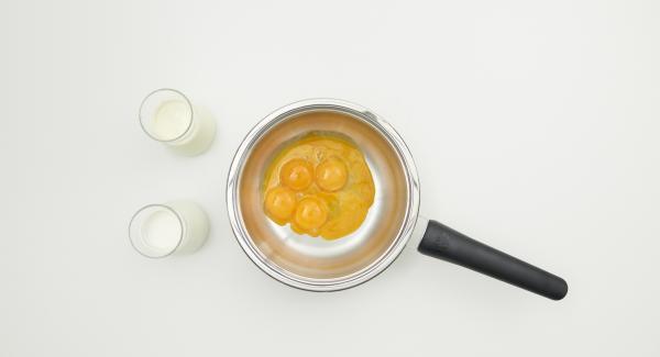 Mezclar la yema de huevo con el azúcar en la Sauteuse. Añadir la crema y la leche. Colocar la olla en el fuego a temperatura media y remover vigorosamente con un batidor hasta que esté espeso y cremoso. No dejar que la mezcla hierva.