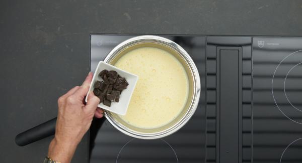 Partir el chocolate en trozos, incorporarlos a la crema y derretir sin dejar de remover.