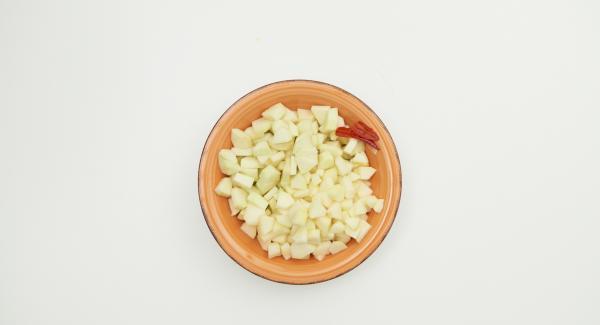 Pelar las manzanas y las peras, quitar las semillas y cortarlas en dados. Quitar las semillas de la guindilla y cortarla por la mitad.