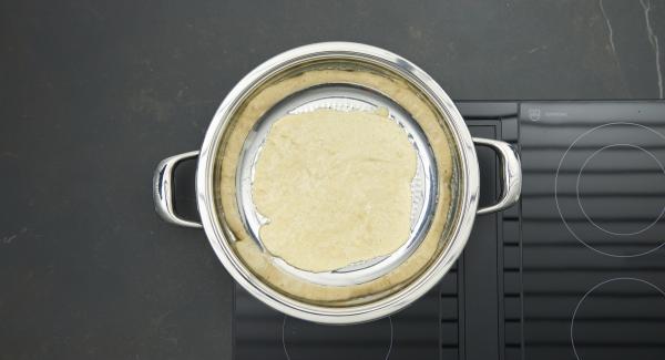 """Cuando el Avisador (Audiotherm) emita un pitido al llegar a la ventana de """"chuleta"""", bajar la temperatura, untar mantequilla en la sartén y añadir la masa."""