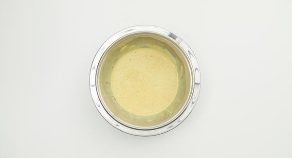 Separar las claras de las yemas. Batir las claras con sal hasta que estén duras. Mezclar la yema de huevo, el azúcar de vainilla y la crema agria.