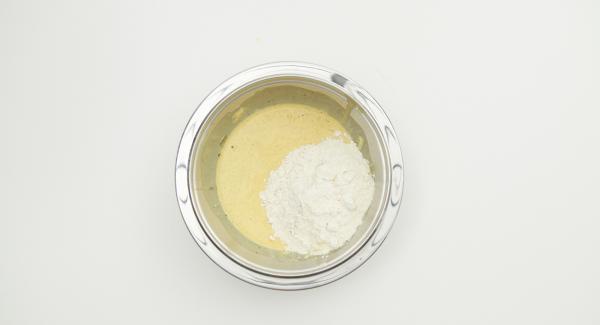 Mezclar la harina,el jengibre y el chocolate, añadir el agua y la clara de huevo batida.