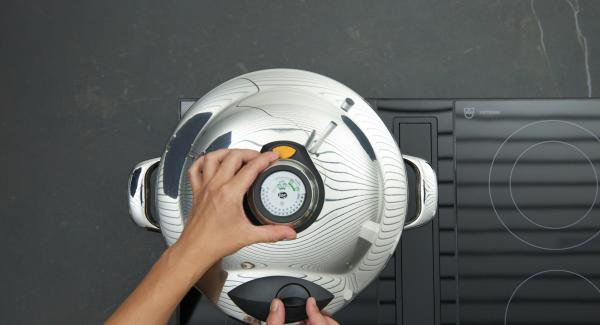 """Tapar con la Tapa Rápida (Secuquick Softline). Encender el fuego a temperatura máxima, calentar la olla hasta la ventana de """"turbo"""", bajar temperatura y cocinar 1:15 minutos con el Avisador (Audiotherm)."""