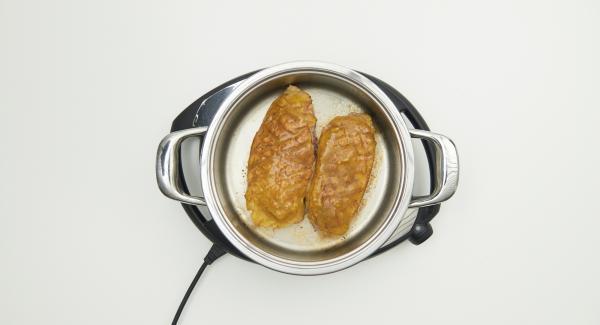 Sazonar las pechugas con sal y pimienta, volver a ponerlas en la olla con la piel hacia arriba. Cubrir la piel con la mezcla de mermelada de naranja.