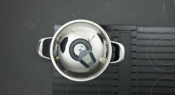 """Tapar, ajustar el Avisador (Audiotherm) y girar hasta que aparezca el símbolo de """"chuleta"""". Al alcanzar los 90 °C, dar la vuelta a la carne, volver a taparla y freír por el otro lado hasta alcanzar nuevamente los 90ºC."""