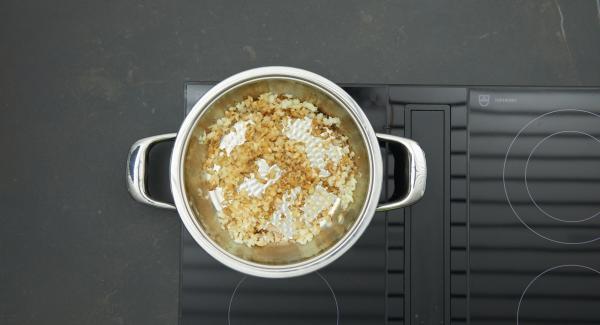 Retirar los medallones y reservar manteniendo caliente. Dorar la mezcla de manzana y cebolla y desglasar con el caldo. Cocinar a fuego lento durante unos minutos.