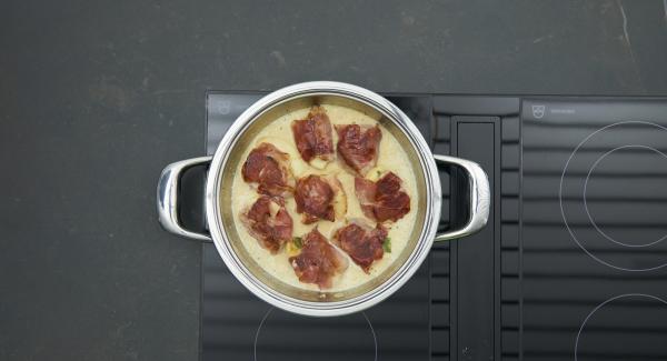 """Añadir los medallones a la salsa y  tapar. Encender el fuego a temperatura máxima, calentar la olla hasta la ventana de """"zanahoria"""", bajar temperatura y cocinar 8 minutos con el Avisador (Audiotherm)."""