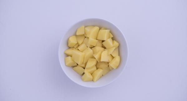 Lavar, pelar y cortar las patatas en dados. Pelar y picar la zanahoria, el apio y la cebolla con el Quick Cut.