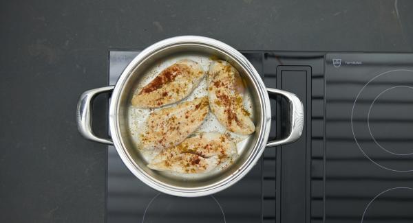 Sazonar con sal y pimentoon. Apagar el fuego. Dejar reposar tapado durante unos 10 minutos.