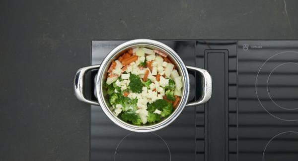Al final del tiempo de cocción, añadir la nata líquida, la sal y la pimienta. Espolvorear con el queso de oveja.