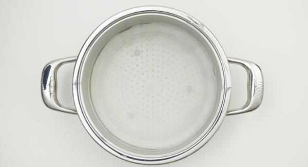 Con ayuda de una tapa de 24 cm, cortar un círculo de papel de hornear y colocarlo en el Accesorio súper-vapor.