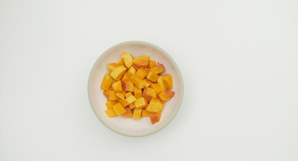 Limpiar y cortar la calabaza en dados, partir el limón a la mitad y dividirlo en 4 porciones cada una. Colocar en una olla con el resto de los ingredientes.