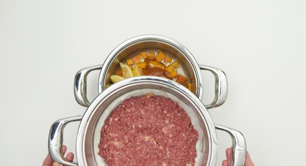 Introducir el Accesorio súper-vapor en la olla y tapar con la Tapa Súper-Vapor (EasyQuick) con el aro de sellado de 24 cm.