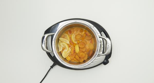 Cuando el Avisador (Audiotherm) emita un pitido al finalizar el tiempo de cocción, sacar el Accesorio súper-vapor de la olla y colocar en un plato grande. Extender la mezcla de queso y nueces sobre la carne.