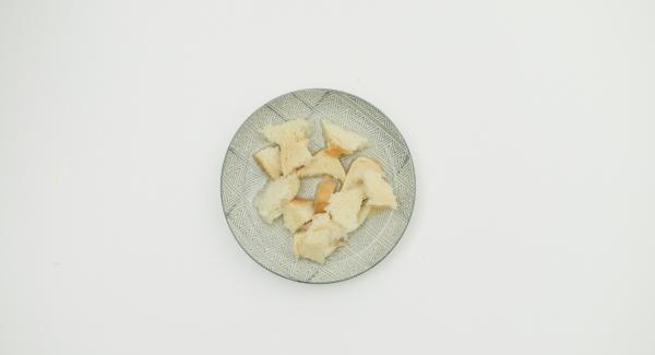 Para el pastel de carne, Desmigar el pan y sumergirlo en agua. Pelar y picar la cebolla finamente. En un bol colocar la carne picada y añadir el pan exprimido, la cebolla, el huevo y las especias. Amasar hasta que todos los ingredientes esten bien mezclados.