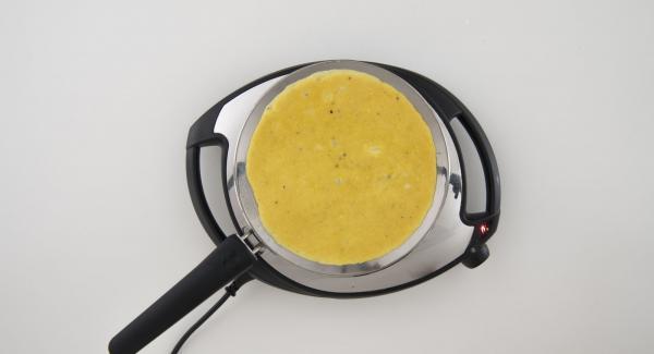 Bajar la temperatura del Navigenio (nivel 2), verter la mezcla de huevo y cocinar durante unos minutos.