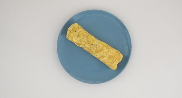 Envolver la tortilla para formar un rollo. Por último, cortar en rodajas y servir.