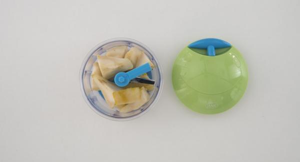 Pelar las peras y quitarles el corazón. Cortarlas en trozos y picar con ayuda del Quick Cut. Añadir las peras a la mezcla de requesón y mezclar bien.