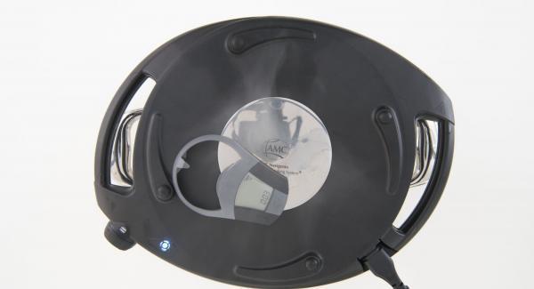 """Cuando el Avisador (Audiotherm) emita un pitido al llegar a la ventana de """"chuleta"""", colocar la unidad sobre su tapa. Colocar el Navigenio en modo de horno (poniéndolo invertido encima de la olla) y ajustar a temperatura alta. Cuando el Navigenio parpadee en rojo/azul, introducir 3 minutos en el Avisador (Audiotherm) y hornear."""
