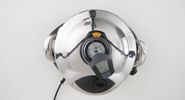 """Cuando el Avisador (Audiotherm) emita un pitido al llegar a la ventana de """"soft"""", colocar la olla con la Tapa Rápida (Secuquick Softline) en una superficie resistente al calor y dejar despresurizar."""
