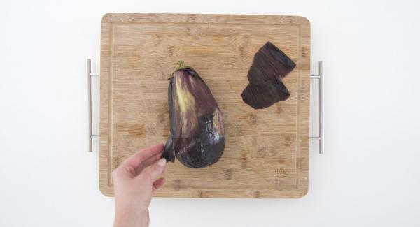 Pelar la berenjena, cortarla en trozos y ponerla en un bol.