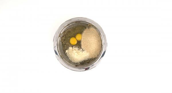 Triturar la berenjena con ayuda de una batidora.Añadir los huevos, el queso parmesano, la mitad del pan rallado y el queso pecorino. Mezclar bien, sazonar con sal y pimienta.