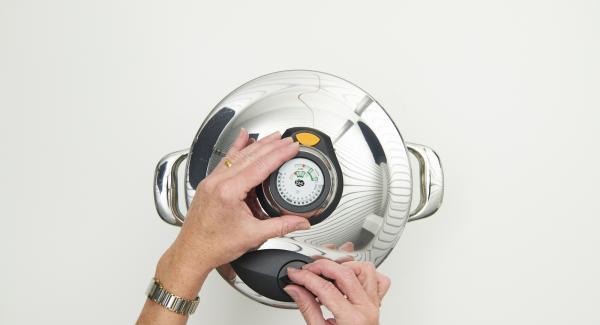 Cuando el Avisador (Audiotherm) emita un pitido al finalizar el tiempo de cocción, colocar la olla con la Tapa Rápida (Secuquick Softline) en una superficie resistente al calor y dejar despresurizar.