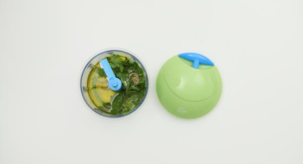 Exprimir el limón, pelar el ajo, desplumar las hojas de perejil. Picar todo muy fino junto con el aceite de oliva en el Quick Cut. Añadir los piñones y triturar ligeramente. Sazonar con sal y pimienta.