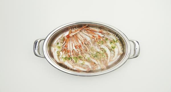 Servir las cigalas aliñadas con la mezcla de aceite, ajo y perejil.