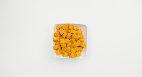 Pelar la calabaza, quitar las semillas, cortarla en dados. Verter agua (unos 150 ml) en una olla. Colocar la calabaza en la Softiera, introducir en la olla y tapar con la Tapa Rápida.