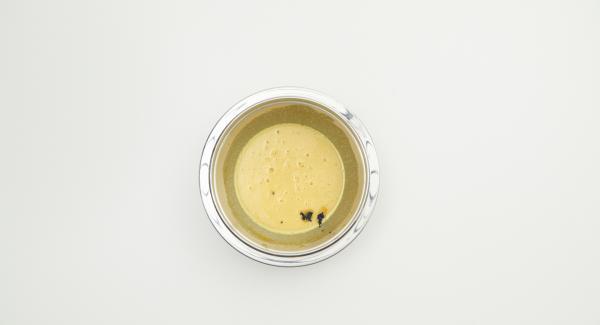 Batir las yemas de huevo con el azúcar, cortar las vainas de vainilla a lo largo y raspar la pulpa. Agregar la pulpa de vainilla, la leche, la nata líquida y el puré de calabaza. Mezclar bien y remover hasta que esté suave.