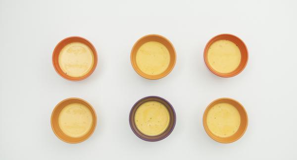 """Distribuir la crema en 6 vasitos (aprox.150 ml cada uno). Verter agua (unos 150 ml) en una olla. Colocar los 3 primeros vasitos en el Accesorio Súper-Vapor, introducir en la olla y tapar con la Tapa Súper-Vapor. Colocar la olla en el Navigenio y seleccionar la función (A). Introducir 6 minutos de tiempo de cocción en el Avisador y girar hasta que aparezca el símbolo de """"vapor""""."""