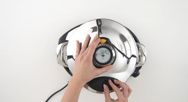 """Poner el arroz en la olla y cubrir con el caldo y tapar. Colocar la olla en el Navigenio y seleccionar el modo """"A"""". Encender el Avisador, introducir 12 minutos de tiempo de cocción. Colocarlo en el pomo (Visiotherm) y girar hasta que aparezca el símbolo de """"turbo""""."""