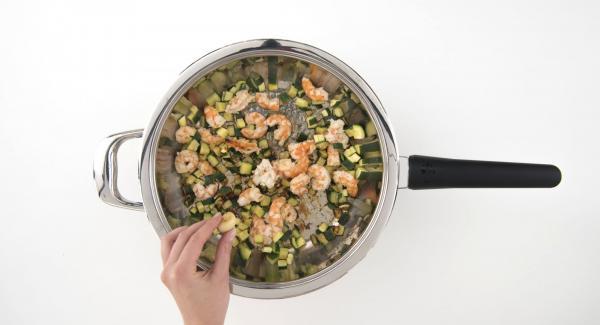 Cuando el Avisador emita un pitido al finalizar el tiempo de cocción, retirar el ajo de la sartén y dejar enfriar.