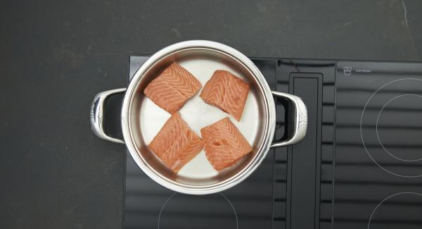 """Cuando el Avisador emita un pitido al llegar a la ventana de """"chuleta"""", bajar la temperatura y colocar el salmón en la olla."""
