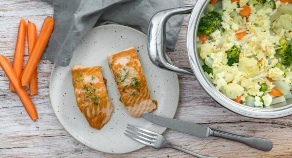 Colocar la olla en una superficie resistente al calor. Colocar el Navigenio en modo de horno (poniéndolo invertido encima de la olla) y ajustar a temperatura alta. Cuando el Navigenio parpadee en rojo/azul, introducir 5 minutos en el Avisador y gratinar. Espolvorear con las máminas de almendra.