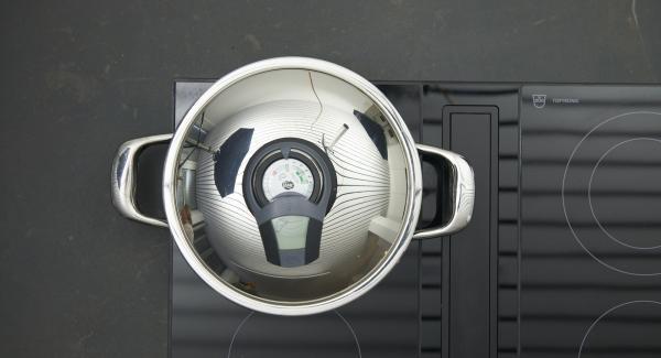 """Colocar la olla en el fuego a temperatura máxima. Encender el Avisador, colocarlo en el pomo (Visiotherm) y girar hasta que se muestre el símbolo de """"chuleta""""."""