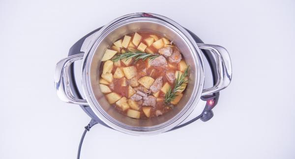 """Cuando el Avisador emita un pitido al llegar a la ventana de """"chuleta"""", bajar temperatura de Navigenio (nivel 4), añadir la carne y sofreir hasta que esté dorada. Añadir el vino blanco y las patatas, el caldo, la salsa de tomate, el romero y la harina. Sazonar con sal y pimienta."""